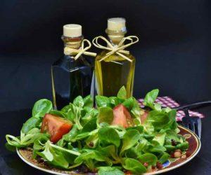 Abnehmen am Bauch mit Salat und einem Dressing aus Olivenöl und Essig